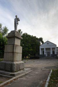 До недавнего времени площадку перед сельским клубом украшал гипсовый Владимир Ильич на гранитном постаменте. Фигура поражала своими дивными пропорциями.