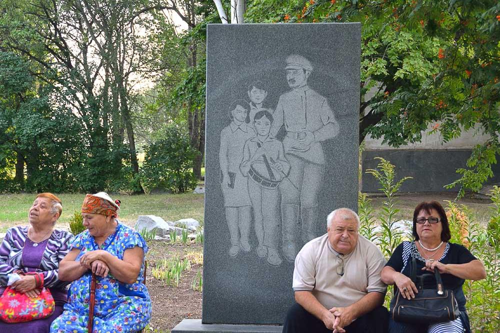 Гранитная плита Макаренко с детьми
