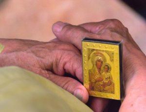икона Богородицы в натруженных руках