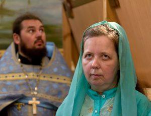 прихожанка и священник в покровском соборе