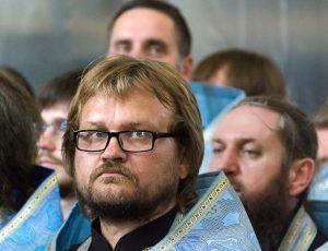священник в Покровском соборе
