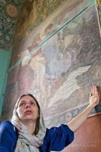 Инга Янкович у храмовой фрески