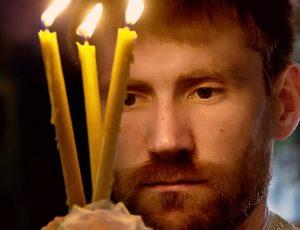 зажигая свечи