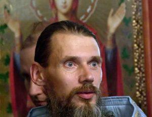 священник в храме