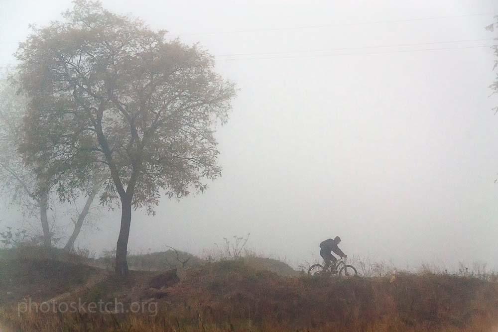 Туман был настолько густой, что пальцы вытянутой руки растворялись в нем.