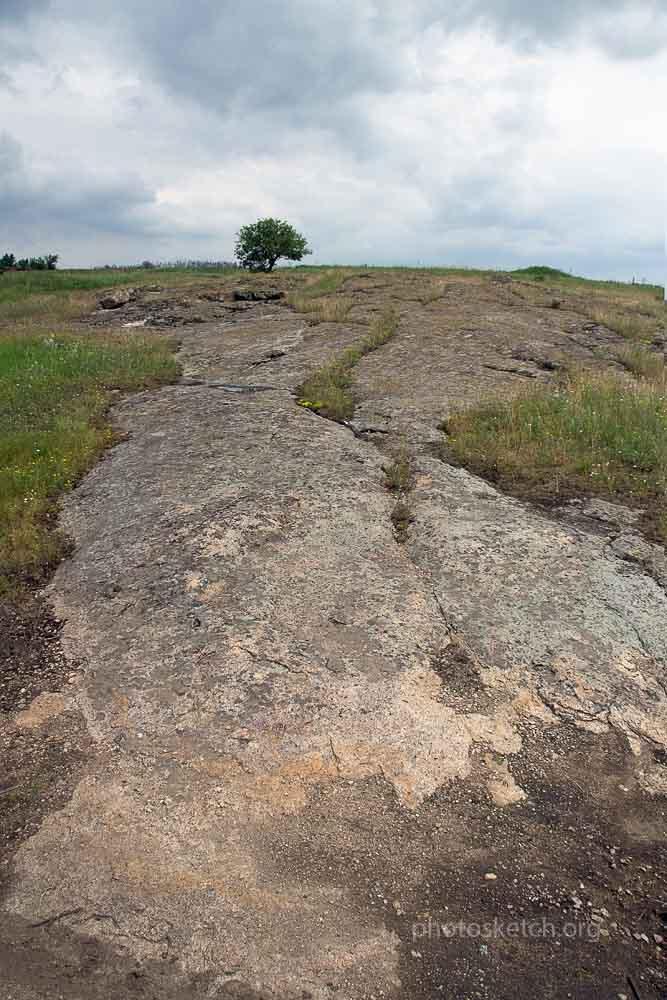 Гранит в здешних местах поднимается из глубин земли, и выходит на поверхность, образуя ландшафт с впадинами , неровностями и холмами