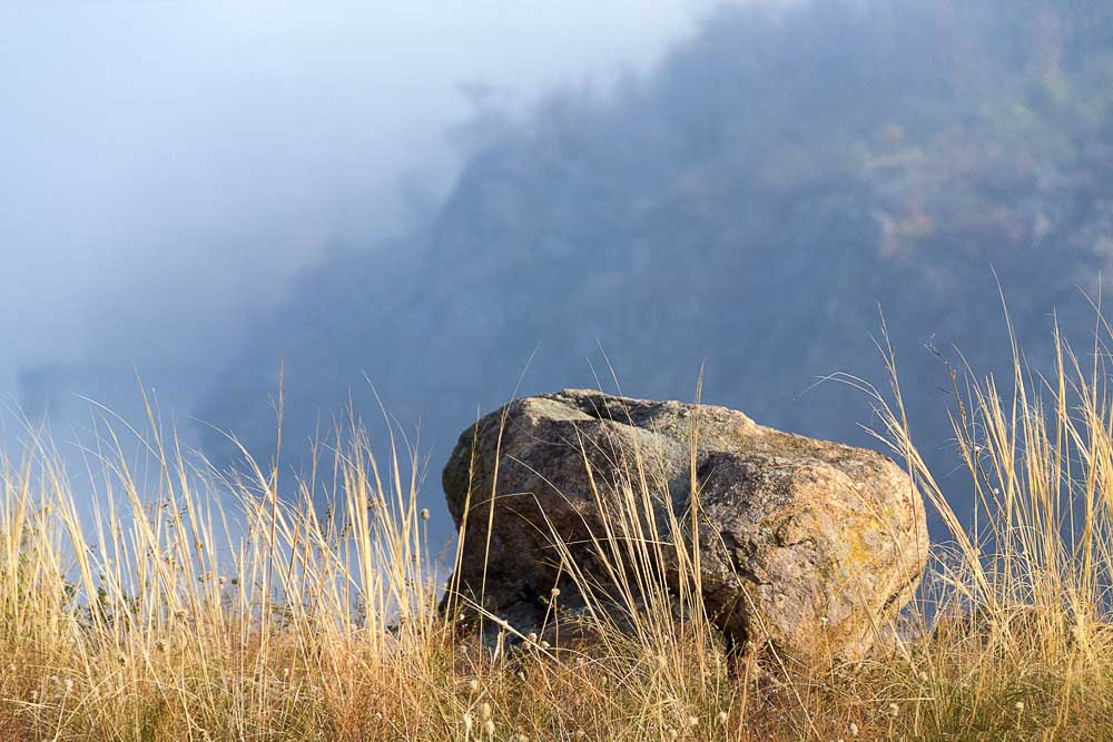 Когда солнце поднявшись над горизонтом окончательно победило и рассеяло туман, я находился на скалах возле Днепра