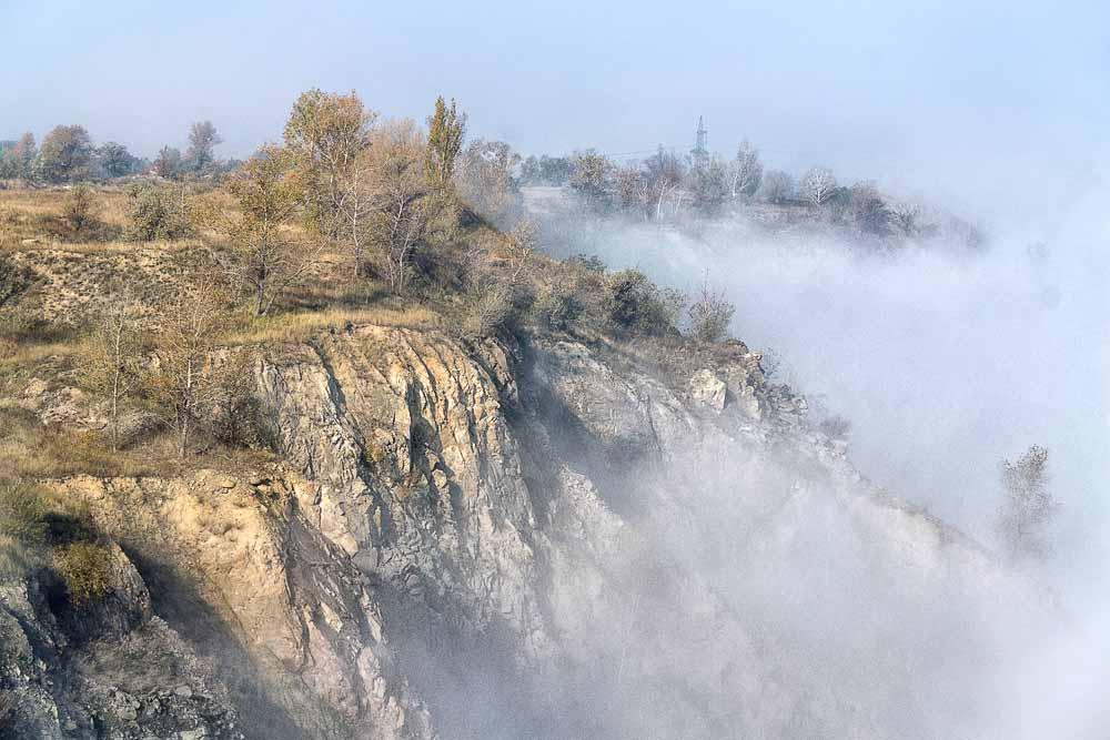 огромная и глубокая котловина которого еще была наполнена массой тумана, который поднимался вверх производя фееричное зрелище