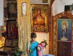 девочка с куклой в храме