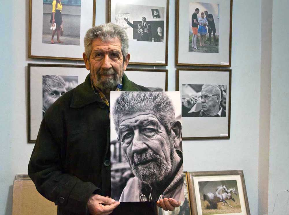 Это был герой моего снимка из серии «Грим времени»- пожилой, но очень крепкий, симпатичный мужчина, с добродушной, немного растерянной улыбкой.