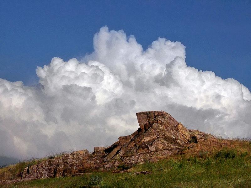 скала и облако