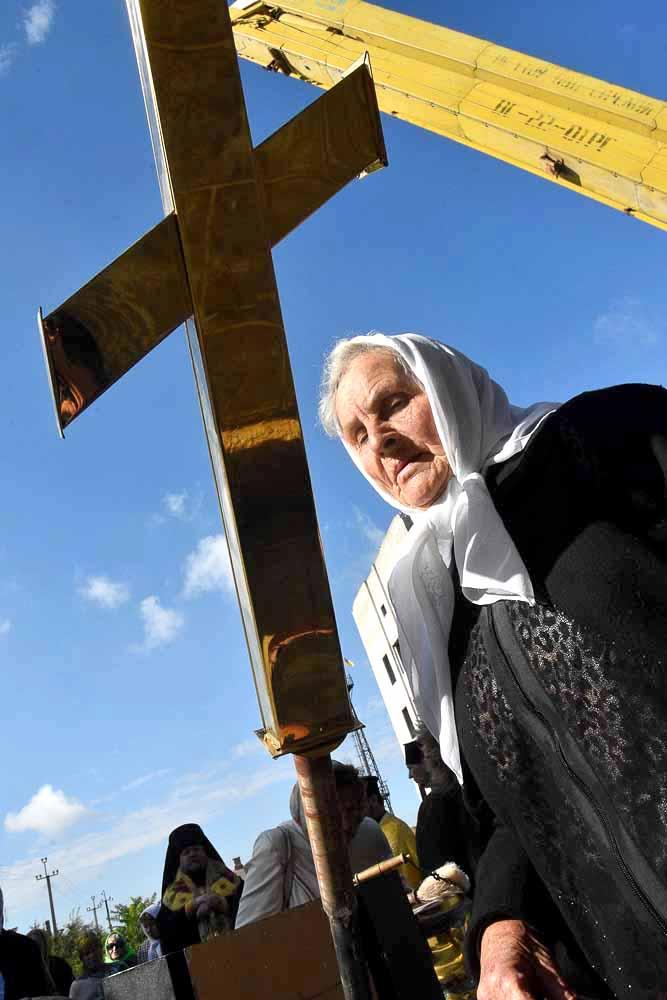 Перед тем, как занять свое место на куполах, кресты освятил архиерей владыка Фотий. После молебна прихожане подходили приложиться к крестам