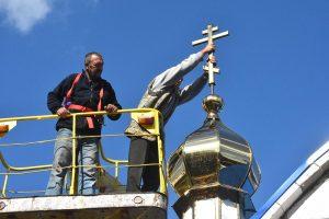 Интересные сюжеты довелось наблюдать мне во время освящения и установки крестов на куполах храма Покрова Пресвятой Богородицы в г.Васильевка.