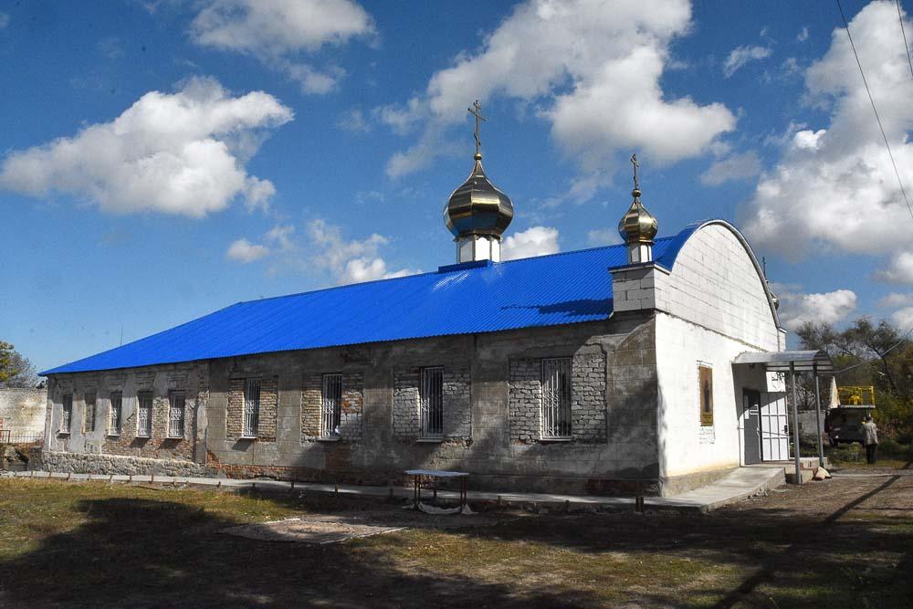 Остался только лишь храм, со сверкающими новенькими крестами.