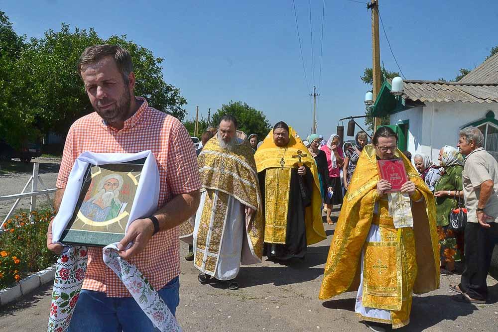 В престольный праздник, во время литургии совершается крестный ход, с хоругвями и иконами, во время которого трижды с молитвами обходят храм.