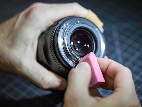 чистка контактов объектива ластиком