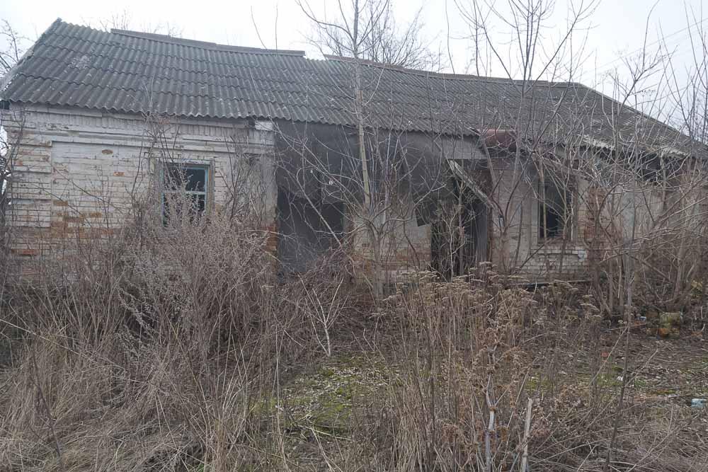 Сейчас дом пустует, зияет выбитыми окнами и дверными проемами.