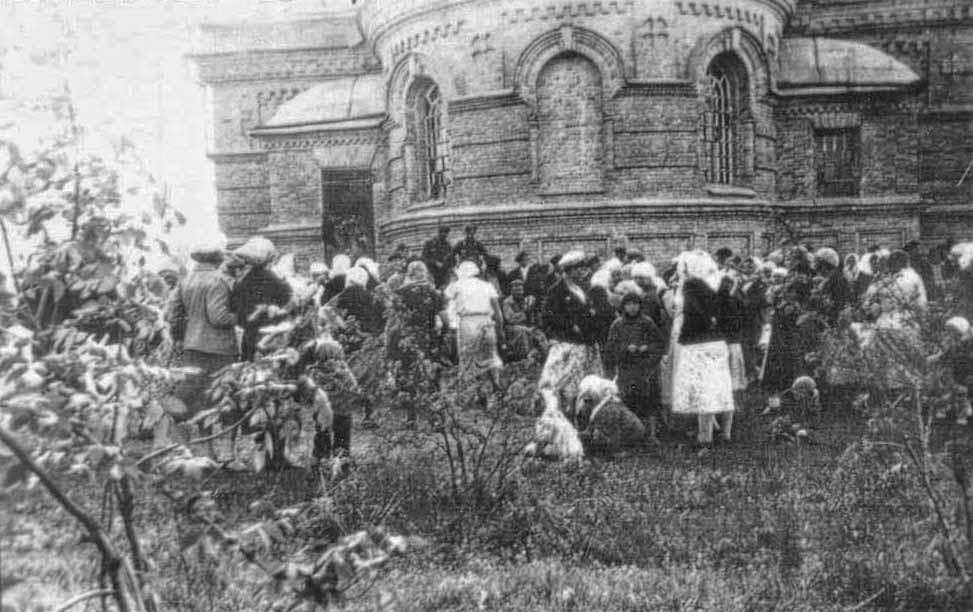 А при німцях церква була відкрита та наших батьків зганяли, щоб вони ішли туди. А вони не йшли, бо ж німці. Вагались, чи йти, чи не йти.